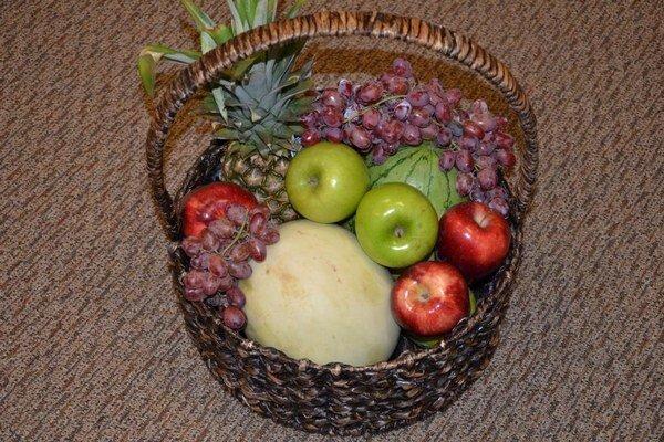 Na snímke z 21. septembra 2014 je kôš s ovocím, ktorý poslal zranený motocyklista Ryan Chesley.