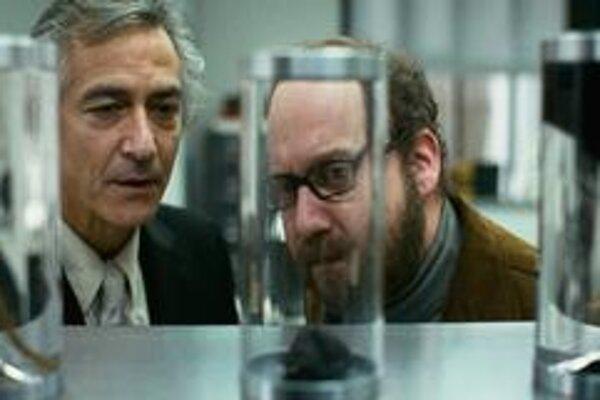 Takto bude vyzerať vaša odložená duša, a bude to úplne v poriadku, vraví doktor (David Strathairn) hercovi Paulovi Giamattimu (vpravo). Film Duša Paula Giamattiho je v českých kinách.