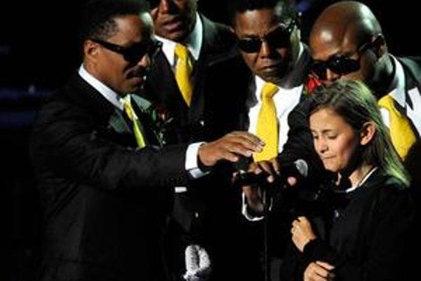 Jacksonova najbližšia rodina pomáha 11ročnej Paris s mikrofónom, aby bolo dobre počuť jej vyznanie otcovi.