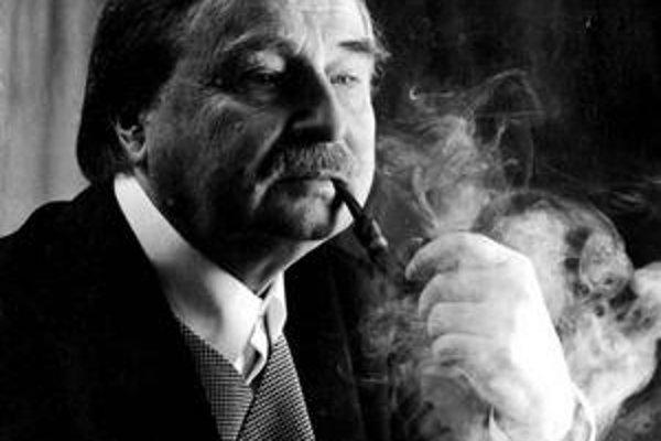 Milorad Pavič (1929), svetoznámy srbský spisovateľ, z jeho bohatej tvorby vyšli v slovenskom alebo českom preklade Chazarský slovník, Druhá strana vetra, Posledná láska v Carihrade, Druhé telo a Papírové divadlo.