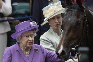 Kráľovná Alžbeta so svojim koňom.