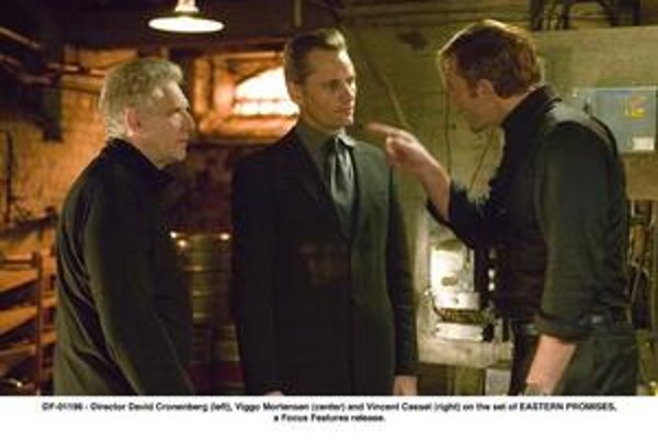David Cronenberg (vľavo) pri nakrúcaní Prísľubov z východu. V strede stojí Viggo Mortensen, vedľa Vincent Cassel.