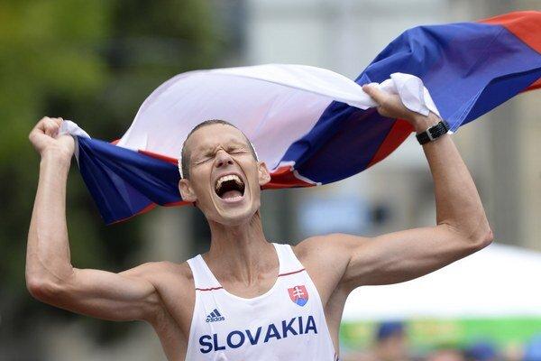 Matej Tóth oslavuje striebornú medailu v chôdzi mužov na 50 km na 22. majstrovstvách Európy v atletike v Zürichu.