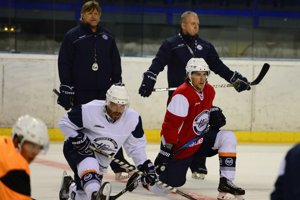 Tréner Anton Tomko začal prípravu na ľade skôr. Košičania chcú naskočiť do Ligy majstrov rozohratí.