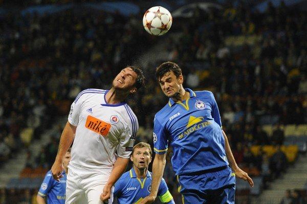 Hráč Slovana Bratislava Pavel Fořt (vľavo) a hráč Bate Borisov Jegor Filipenko v odvete v Borisove.
