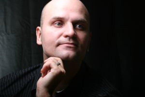 Narodil sa v roku 1971. Vyštudoval Vysokú školu dopravy a spojov v Žiline. Šesť rokov pracoval v regionálnom martinskom rádiu Rebeca, istý čas aj ako technický riaditeľ. Hrá na gitaru v troch hudobných skupinách – Editor, Lunatic Gods a Nothing, s prvou v
