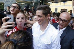 Torresa na letisku privítalo okolo dvesto fanúšikov AC Miláno.