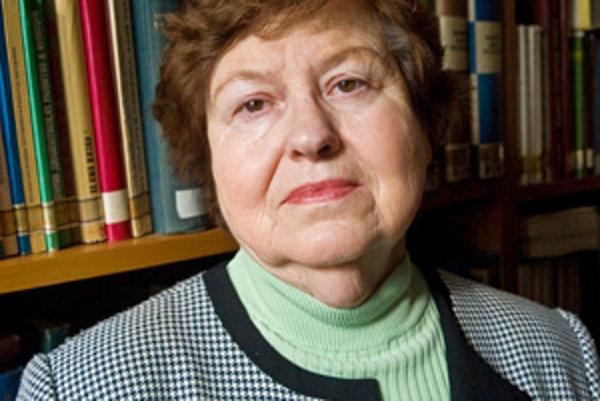 Klára Buzássyová (1938) jedna z najvýznamnejších slovenských jazykovedkýň. Študovala na Filozofickej fakulte Univerzity Komenského v Bratislave aj na Filozofickej fakulte Univerzity Karlovej v Prahe. V r. 1961 – 1966 pracovníčka Ústavu slovenského jazyka