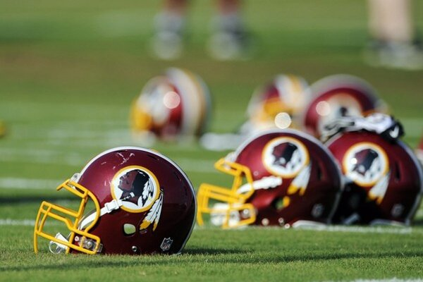 Washington Redskins by už červené tváre v logu používať nemali.