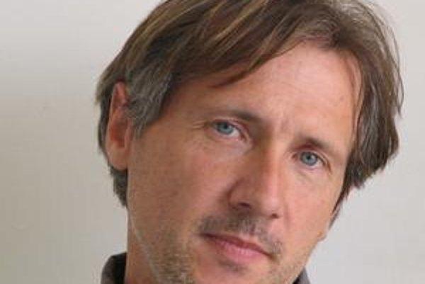 Peter Machajdík (47) sa narodil v Bratislave. Od roku 1992 pôsobí v Nemecku a na Slovensku. Ako sedemročný začal hrať na klavíri, neskôr na gitare a komponovať. Jeho diela boli uvádzané na renomovaných festivaloch v rôznych krajinách a hrávajú ich renomov