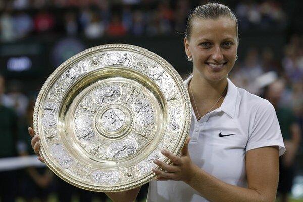 Petra Kvitová s trofejou pre víťazku Wimbledonu.