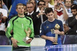Manuel Neuer (vľavo) a Lionel Messi s individuálnymi oceneniami pre najlepšieho brankára, resp. hráča šampionátu.