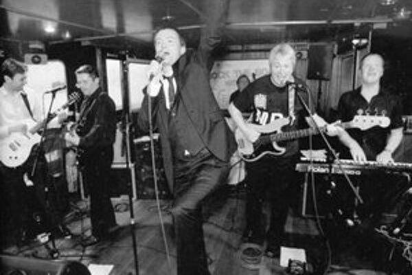 S MP4 si zaspieval aj niekdajší spevák The Undertones Feargal Sharkey (v strede).