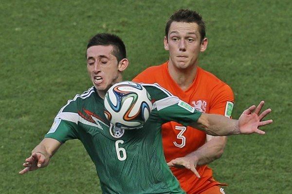 De Vrij (vpravo) počas MS v súboji s Mexičanom Herrerom.