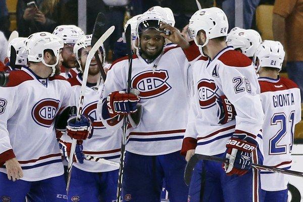 Obranca P.K. Subban z Montrealu Canadiens (v strede) sa teší z postupu spolu so spoluhráčmi.