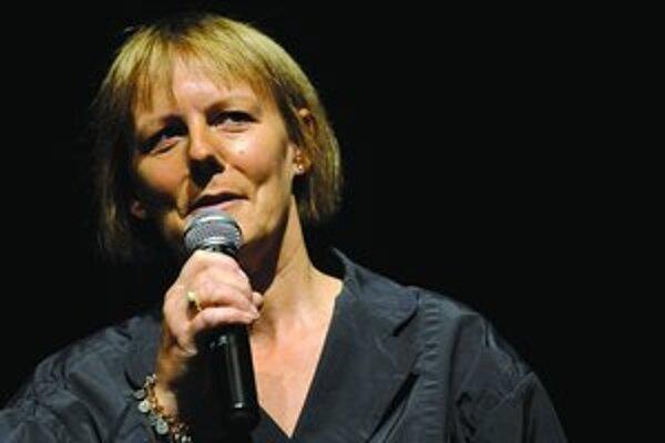 Phyllida Lloydová (1957) pochádza z Bristolu. Začínala v oddelení dramatickej tvorby televízie BBC, od polovice 80. rokov už ako režisérka spolupracovala s rôznymi britskými divadlami a venovala sa aj opere. V roku 1999 dostala ponuku režírovať divadelný
