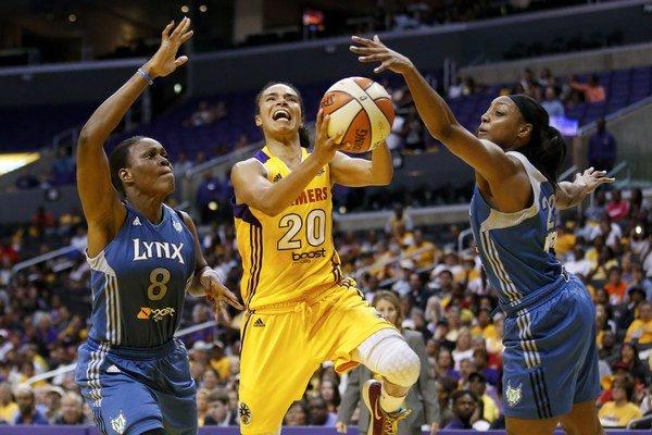Kristi Toliverová (uprostred) pôsobila aj vo WNBA.