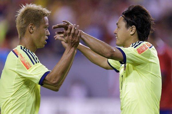Yasuhito Endo (vpravo) a Keisuke Honda.