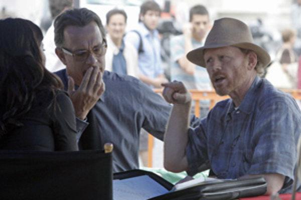 Herec Tom Hanks (naľavo) a režisér Anjelov a démonov Ron Howard.