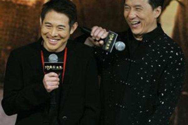 Hongkongské filmové hviezdy Jackie Chan (vpravo) a Jet Li.