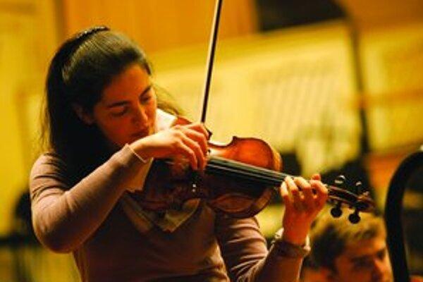 Sophia Jaffé (27) sa narodila v Berlíne, kde vyštudovala Hochschule für Musik. Získala niekoľko ocenení, z ktorých najvýznamnejším je tretia cena na súťaži Queen Elisabeth v Bruseli. Účinkuje s poprednými orchestrami a venuje sa aj komorneJ hre.