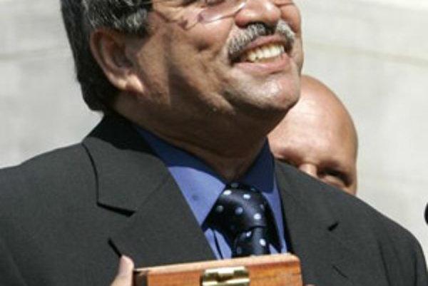 Taxikár Mohamed Khalil s medailou, ktorú dostal za vrátenie drahocenného nástroja.