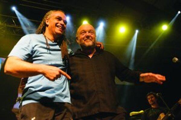 Peter Lipa dal dokopy hviezdnu zostavu s bubeníkom Minom Cinelu, Rhonde Smith (dole) preriedil publikum zlý zvuk.
