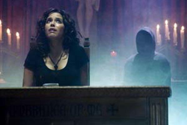 Ana Claudia Talancón vo filme Zmeškaný hovor.