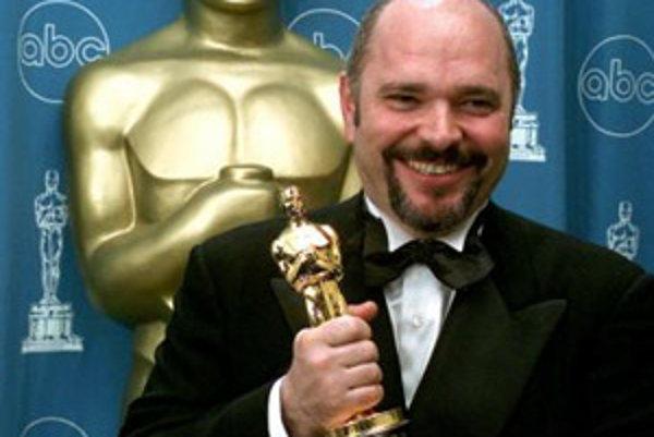 Britský filmový režisér Anthony Minghella drží Oscara, ktorého získal za najlepšiu réžiu vo filme
