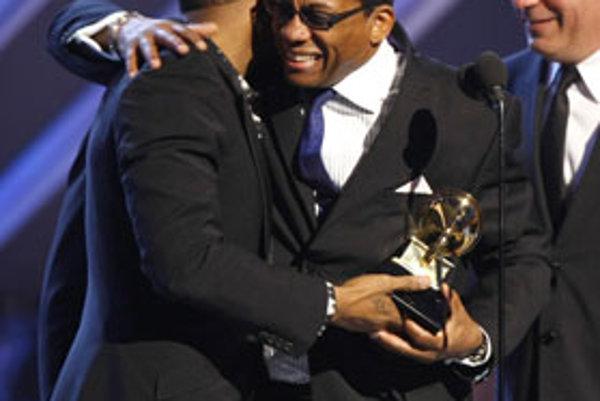 Herbie Hancock objíma speváka Ushera počas 50. ročníka odovzdávania hudobných cien Grammy. Hancock prekvapivo získal ocenenie v hlavnej katégórii album roka (za album River: The Joni Letters).