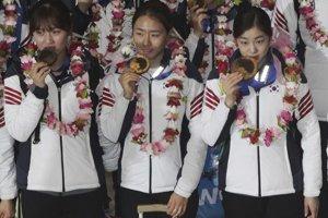 Kórejské medailistky zo Soči, sprava: krasokorčuliarka Yuna Kim a rýchlokorčuliarky Lee Sang-hwa a Park Seung-hi. Kórea skončila v pomere počtu obyvateľov k počtu medailí na 17. mieste hneď za Slovenskom.