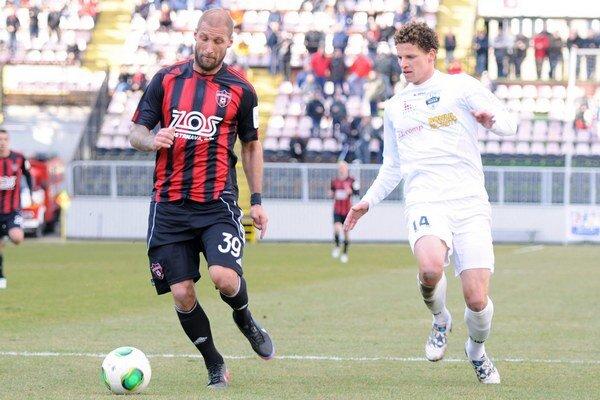 Ivan Lietava s loptou ešte v drese Spartaka Trnava.