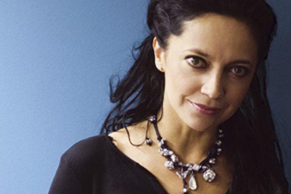 Pochádza z dedinky Otvovice. Pracovala ako krajčírka, neskôr ju ako speváčku objavil producent Petr Hannig, na ktorého popud zmenila svoje pôvodné meno (Hana Zaňáková) na Lucie Bílá. Popri iných aktivitách spievala s metalovou skupinou Arakain. Po odchode