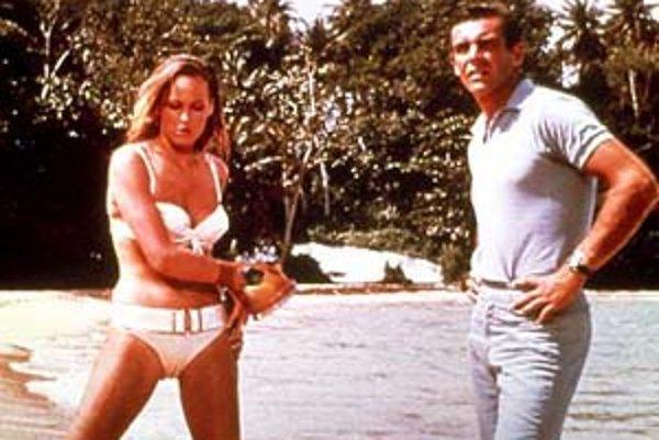 Ursula Andressová ako Honey a Sean Connery v úlohe Bonda.