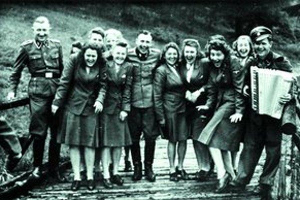 Príslušníčky SS  Helferinnen  sa zabávajú len pár kilometrov od tábora smrti.