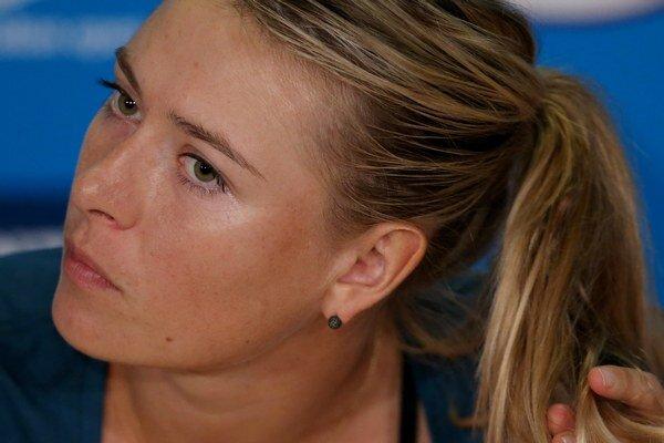 Maria Šarapovová odpovedá na otázky na tlačovej konferencii po zápase s Dominikou Cibulkovou.