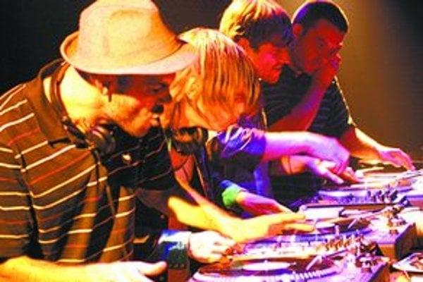 Hrať na gramofón je umenie, ktoré francúzska štvorica Birdy Nam Nam ovláda. Zajtra ho ukáže naživo v Bratislave.