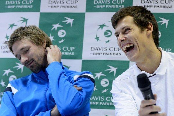Lotyši majú pred víkendovým daviscupovým zápasom so Slovákmi dobrú náladu. Prvý hráč tímu Andis Juška (vľavo) s nehrajúcim kapitánom Karlisom Lejnieksom.