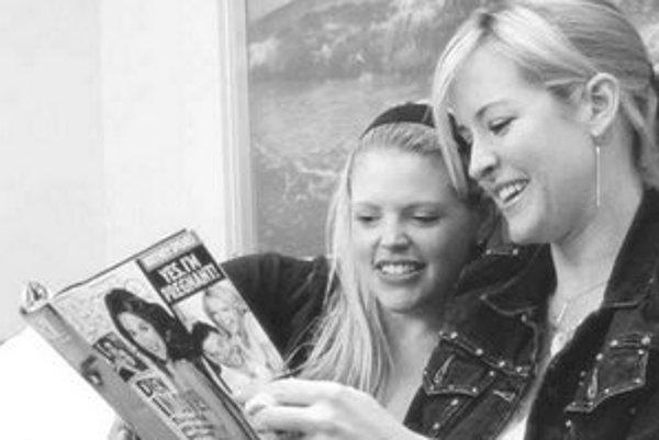 Členkám Dixie Chicks neboli odmietavé reakcie médií na ich kritiku Busha vždy smiešne. Vidno to vo filme Čuš a spievaj.