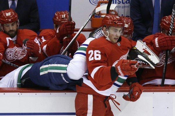 Útočník Detroitu Red Wings Slovák Tomáš Jurčo v súboji s hráčom Vancouveru Canucks Alexandrom Edlerom.