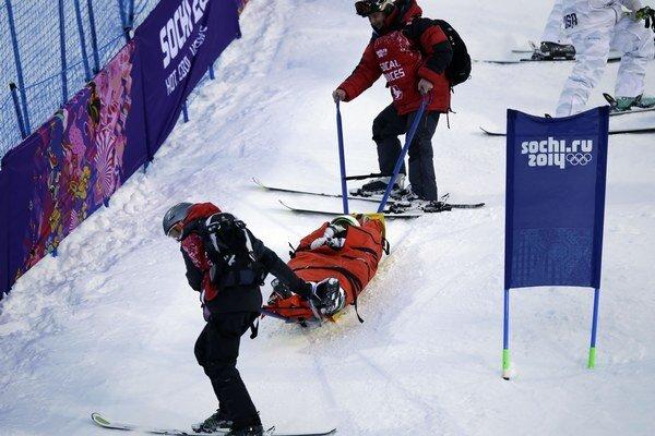 Ranenú Heidi Kloser ťahajú zo svahu.