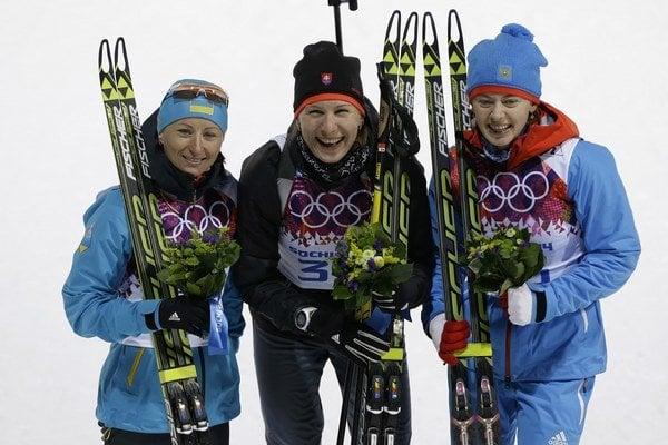 Uprostred zlatá medailistka Anastasia Kuzminová. Vľavo Vita Semerenková z Ukrajiny, vpravo Oľga Viluchinová z Ruska.