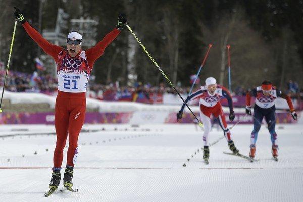 V popredí víťaz Dario Cologna, v strede bronzový Nór Sundby, ktorý v úplnom závere mierne vošiel do dráhy štvrtému Vylegžaninovi (vpravo).
