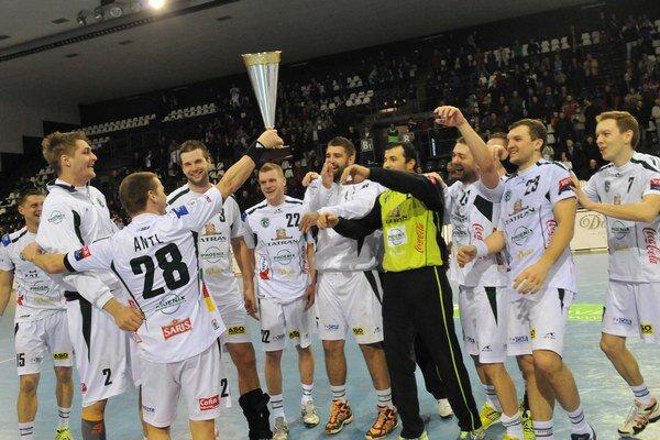 Radosť hádzanárov Tatran Prešov po víťazstve vo finále Slovenského pohára v hádzanej mužov, 3. marec 2013.