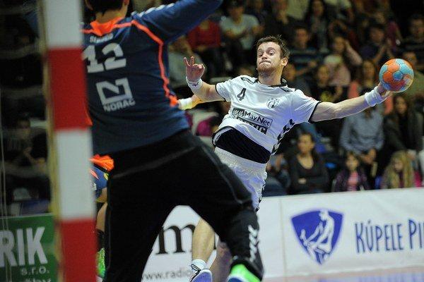 Hádzanárom Hlohovca sa podarilo postúpiť do skupinovej fázy Pohára EHF. Zakončuje v bielom Matej Takáč.