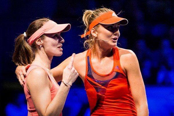 Martina Hingisová a Daniela Hantuchová počas exhibičného zápasu v Bratislave.