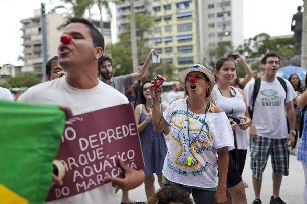 Ľudia protestovali pred štadiónom Maracana v Rio de Janeiro aj počas piatkového žrebu.