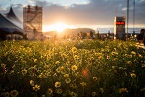 Romantický západ slnka nad festivalovým areálom Pohody.