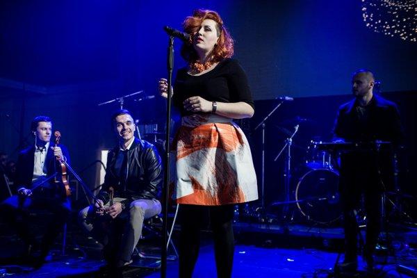 Zásluhu na atmosfére albumu Rieka formácie Fallgrapp má aj speváčka Nora Ibsenová.