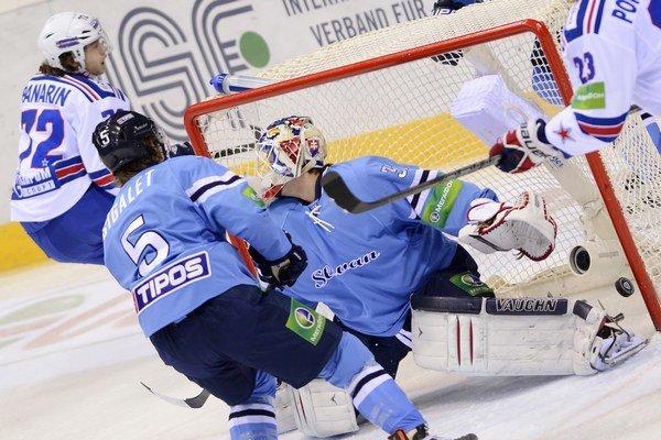 Arťom Panarin dal takto 4. decembra gól aj brankárovi Slovana Janusovi.